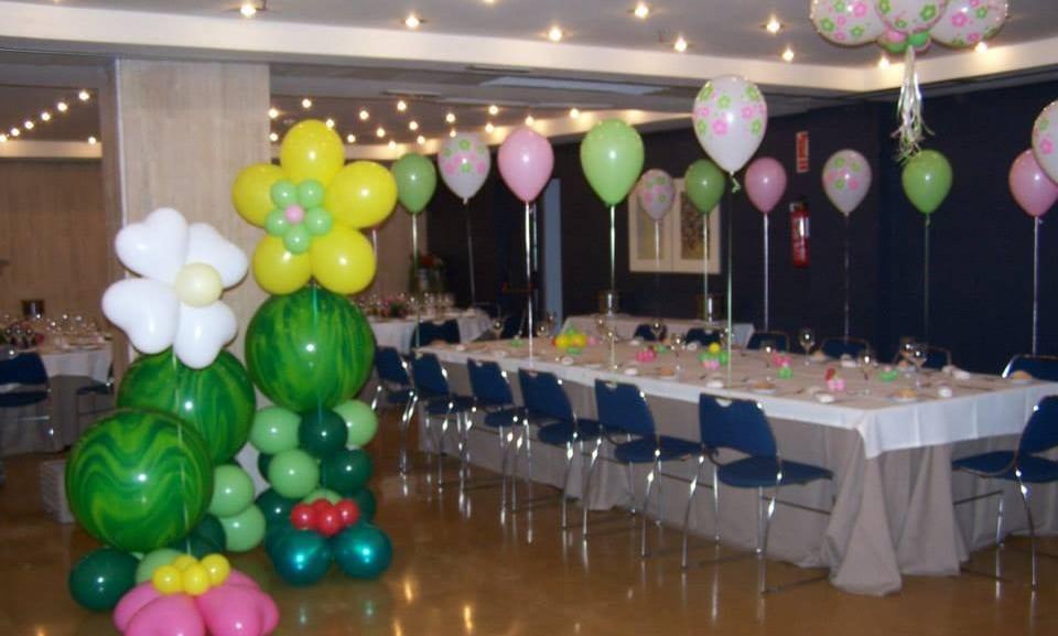 Decoraci n con globos para fiestas infantiles salones y - Como decorar un salon para comunion ...